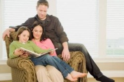 родители читают ребёнку
