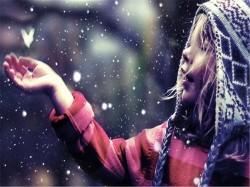 девочка под снегом